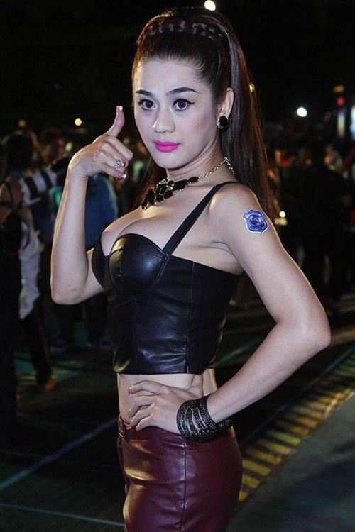 lam chi khanh khoe eo thon, nguc cang tron - 2