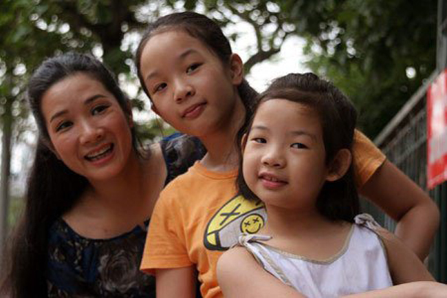 Nghệ sĩ Thanh Thanh Hiền tên thật là Phạm Thị Thu Huyền, sinh năm 1969 tại Hà Nội, trong một gia đình cả bố và mẹ đều là nghệ sĩ, trong đó mẹ là nghệ sĩ cải lương Kim Thoa. Chị từng trải qua một cuộc hôn nhân, có 2 con gái. Và cả 2 bé đều đang sống với bố.