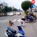 Tin tức - Xuất hiện clip đánh bạn gái ngất xỉu giữa phố