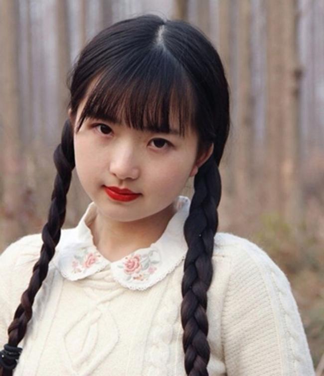 Người phụ nữ này làchủ nhân củatài khoản mạng xã hội Shizaoz và đangsống ởthành phố Thâm Quyến, tỉnh Quảng Đông. Côđang là tâm điểm tìm kiếm của cư dân mạng vì nhan sắc trẻ trung đến kinh ngạc.