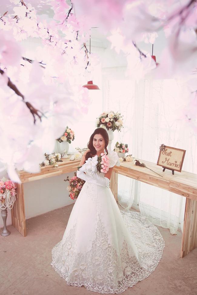 Bộ ảnh cưới của Hoàng Yến, chị gái Hoàng My và chồng doanh nhân được thực hiện tại những địa danh nổi tiếng ở TP. HCM. Cô dâu trông rất xinh tươi trong bộ váy cưới trắng tinh. Hoàng Yến luôn nở nụ cười rạng rỡ trước ống kính.