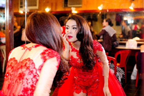 me cham soc hoang thuy linh truoc gio len song - 9