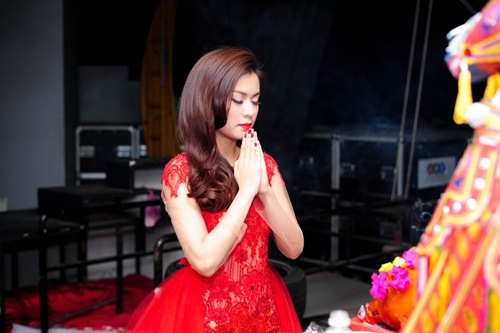 me cham soc hoang thuy linh truoc gio len song - 10