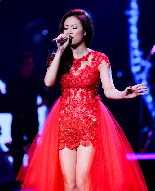 me cham soc hoang thuy linh truoc gio len song - 13
