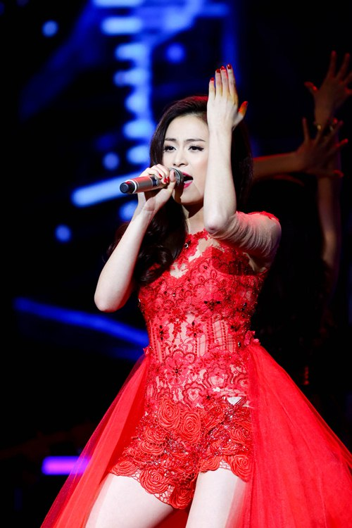 me cham soc hoang thuy linh truoc gio len song - 14