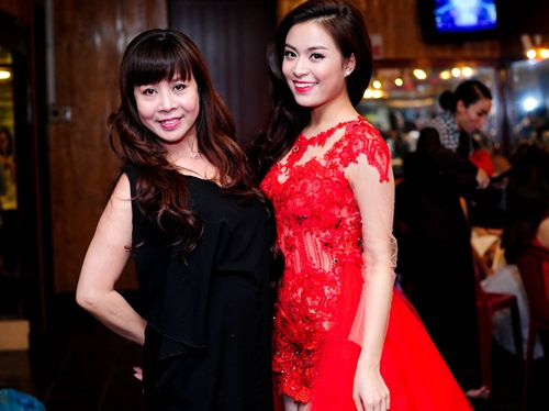 me cham soc hoang thuy linh truoc gio len song - 2