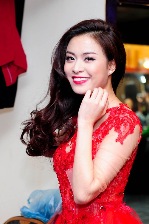 me cham soc hoang thuy linh truoc gio len song - 4