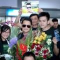 Làng sao - Bằng Kiều được fan chào đón ở sân bay