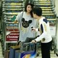 Làng sao - Trấn Thành chăm sóc bạn gái tận tình ở sân bay