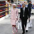 """Thời trang - Chanel chơi trội với sân khấu """"chợ búa"""""""