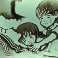 Làm mẹ - Nghẹn ngào với tranh cát vẽ trẻ mồ côi