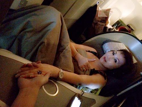Vũ Hoàng Việt nắm chặt tay người yêu trên máy bay-9