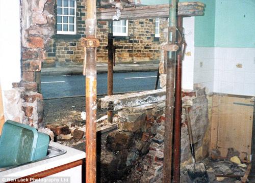 Ngôi nhà 'xui xẻo' bị đâm 40 lần trong vòng 14 năm-6