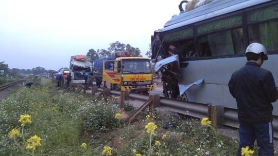 Xe khách đối đầu xe tải, 1 người chết, 1 nguy kịch-2