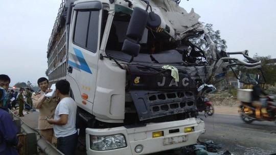 Xe khách đối đầu xe tải, 1 người chết, 1 nguy kịch-1