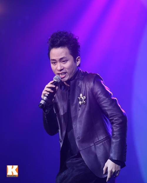 Tùng Dương được fan nữ ôm hôn trên sân khấu-1