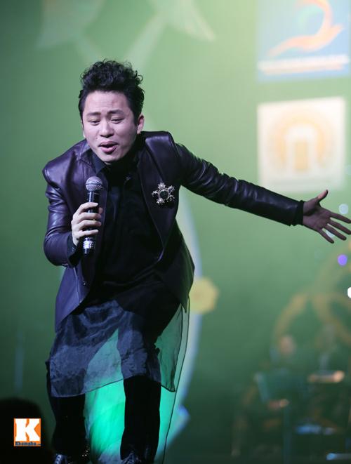 Tùng Dương được fan nữ ôm hôn trên sân khấu-3