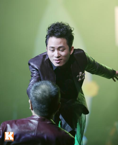 Tùng Dương được fan nữ ôm hôn trên sân khấu-4