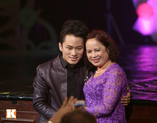 Tùng Dương được fan nữ ôm hôn trên sân khấu-5
