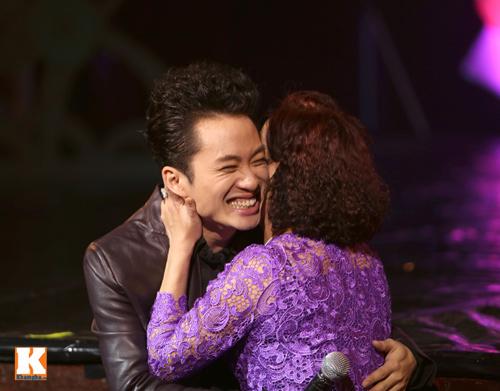 Tùng Dương được fan nữ ôm hôn trên sân khấu-6