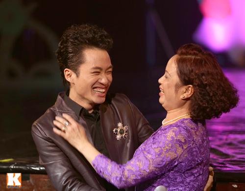 Tùng Dương được fan nữ ôm hôn trên sân khấu-7
