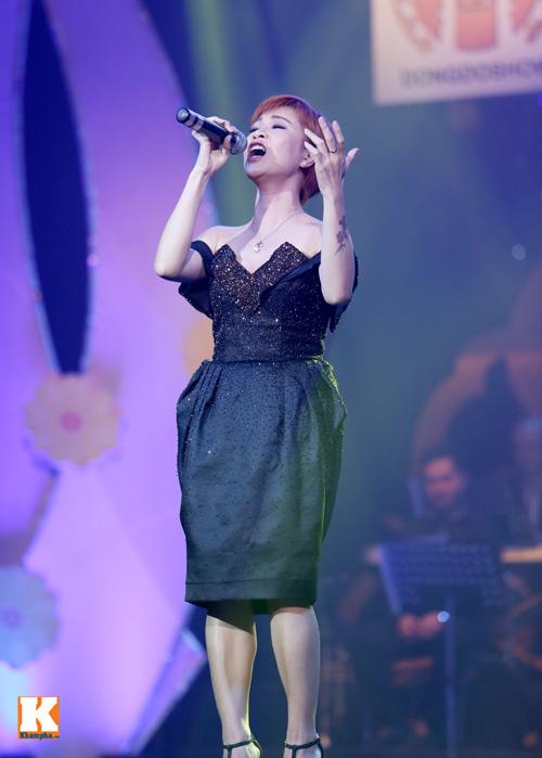 Tùng Dương được fan nữ ôm hôn trên sân khấu-9