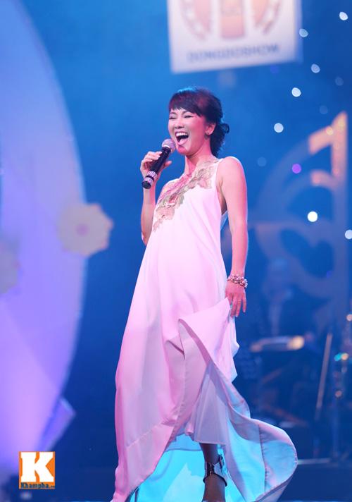 Tùng Dương được fan nữ ôm hôn trên sân khấu-14