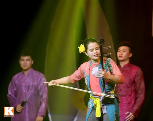 Tùng Dương được fan nữ ôm hôn trên sân khấu-18
