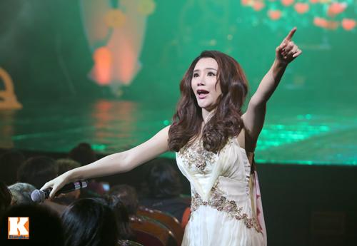 Tùng Dương được fan nữ ôm hôn trên sân khấu-12