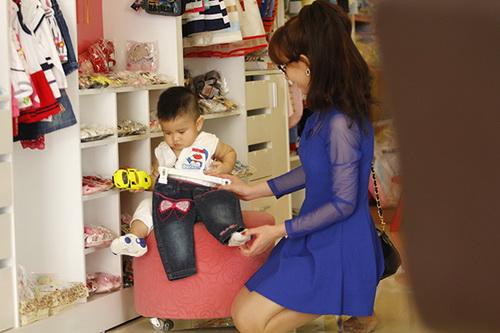 """Bắt gặp Quỳnh Chi dẫn """"cục cưng"""" đi mua sắm - 4"""