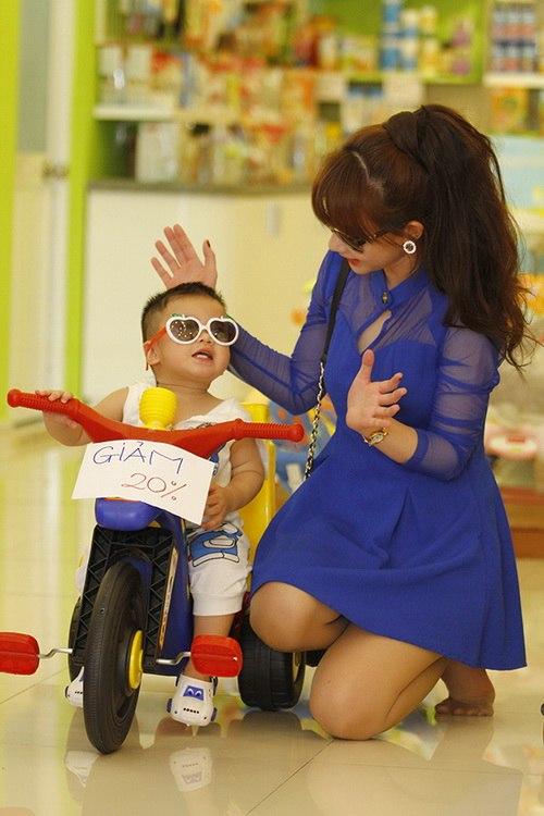 """Bắt gặp Quỳnh Chi dẫn """"cục cưng"""" đi mua sắm - 10"""