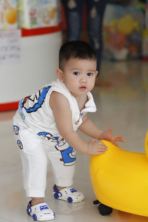 """Bắt gặp Quỳnh Chi dẫn """"cục cưng"""" đi mua sắm - 14"""