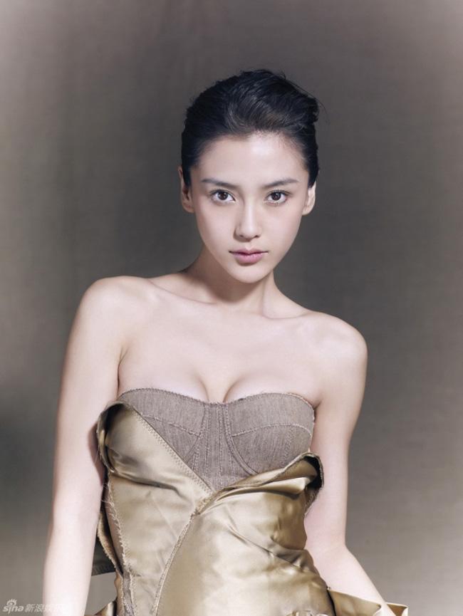 'Nữ hoàng dao kéo' xứ Trung mướt mắt trong đầm quây sexy.