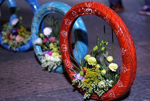 Độc đáo lẵng hoa làm từ vỏ xe gắn máy giữa SG-4