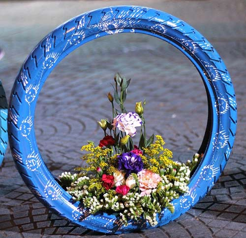 Độc đáo lẵng hoa làm từ vỏ xe gắn máy giữa SG-7