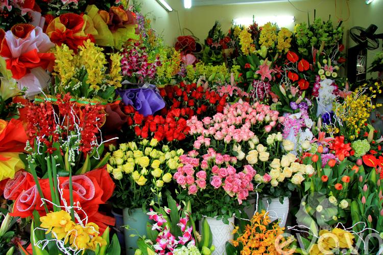 Ngày quốc tế phụ nữ 8/3 là một trong những ngày lễ thân thuộc nhất ở Việt Nam. Ngày này được hiểu đơn giản là dành riêng cho phái đẹp. Chính vì vậy, phái mạnh luôn cố gắng thể hiện sự yêu thương, trân trọng, sự cảm thông và chia sẻ với người phụ nữ thân yêu của mình bằng những món quà thiết thực và giàu ý nghĩa. Và hoa tươi là món quà không thể thiếu trong ngày này.  Bài liên quan:  3 kiểu cắm xinh, sang cho hoa Tulip  Thiệp trái tim ý nghĩa tặng mẹ ngày 8-3  8-3: Chốn ngủ thúc chàng 'trả bài' mãnh liệt  Mừng 8-3: Dốc lòng tặng mẹ nhà lung linh  8-3: Háo hức chờ chàng 'tỉa tót'  Làm hoa handmade tuyệt xinh đón 8-3