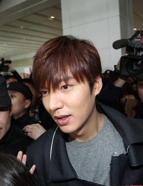 fan nu do mau vi bam theo lee min ho - 1