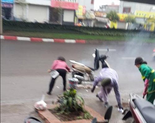 Xe Lead tự bốc cháy, 2 phụ nữ xông vào dập lửa-1