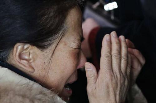 Thân nhân gào khóc chờ tin máy bay Malaysia mất tích - 1