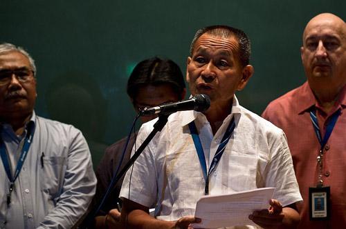 Thân nhân gào khóc chờ tin máy bay Malaysia mất tích - 11