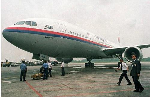 Thân nhân gào khóc chờ tin máy bay Malaysia mất tích - 12