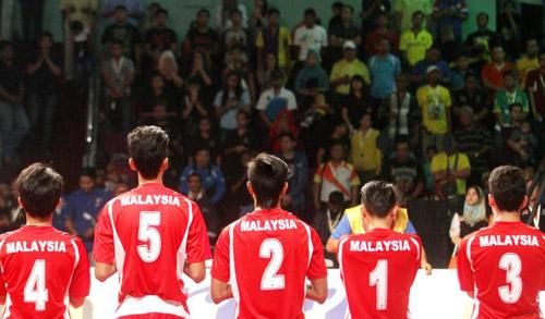 Thân nhân gào khóc chờ tin máy bay Malaysia mất tích - 14