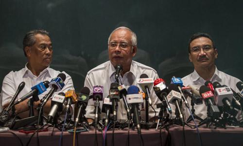 Thân nhân gào khóc chờ tin máy bay Malaysia mất tích - 2