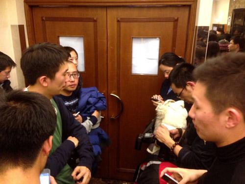 Thân nhân gào khóc chờ tin máy bay Malaysia mất tích - 4