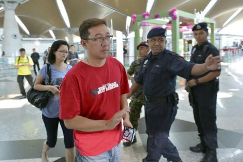 Thân nhân gào khóc chờ tin máy bay Malaysia mất tích - 5