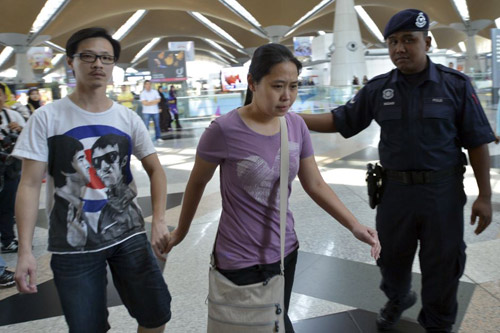Thân nhân gào khóc chờ tin máy bay Malaysia mất tích - 6