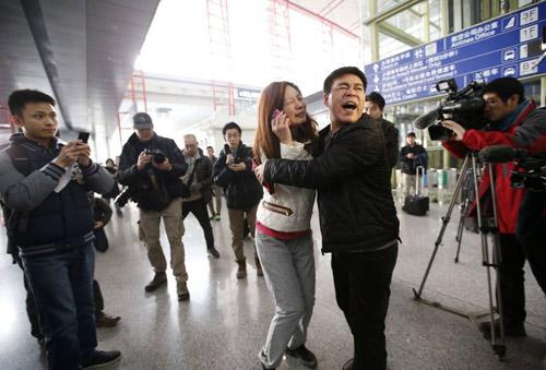 Thân nhân gào khóc chờ tin máy bay Malaysia mất tích - 7