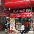 Làm đẹp - 8-3: Phái nữ Hà Nội đội mưa mua mỹ phẩm