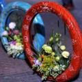 Tin tức - Độc đáo lẵng hoa làm từ vỏ xe gắn máy giữa SG