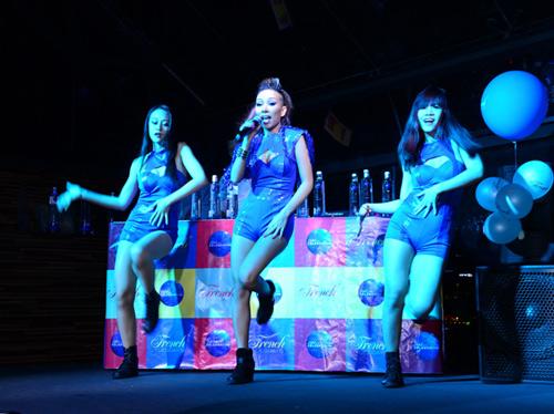 Thảo Trang sexy khoe đường cong trên sân khấu-7